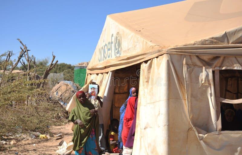 Acampamento da escola para refugiados africanos nos subúrbios de Hargeisa foto de stock