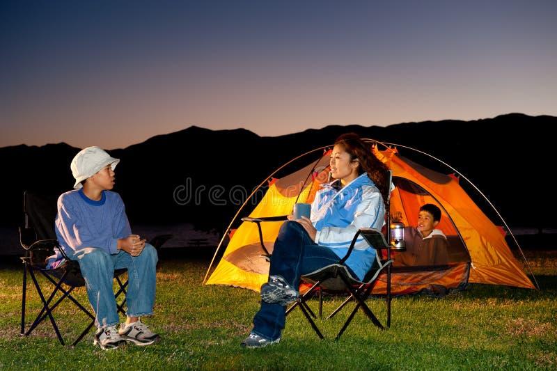 Acampamento da família imagens de stock royalty free