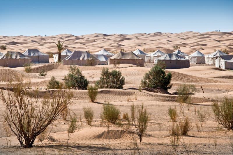 Acampamento das barracas em uma paisagem bonita de dunas de areia foto de stock