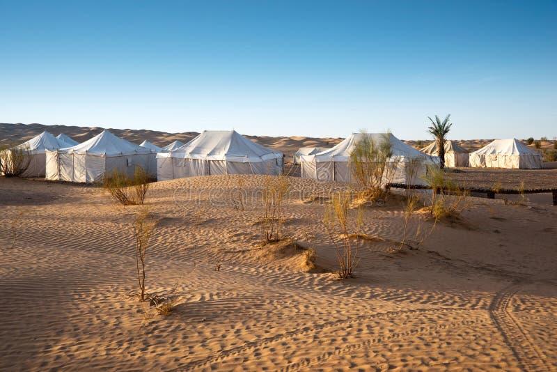 Acampamento das barracas em uma paisagem bonita de dunas de areia no deserto de Sahara imagens de stock