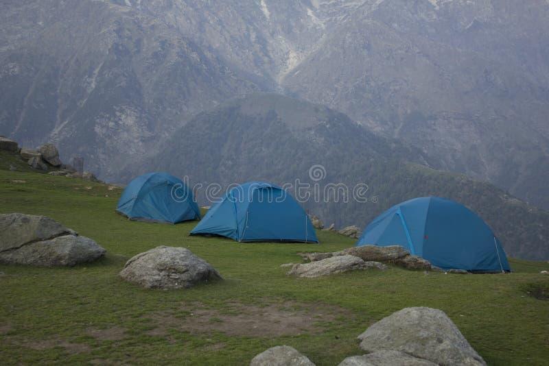 Acampamento das barracas nas montanhas foto de stock royalty free