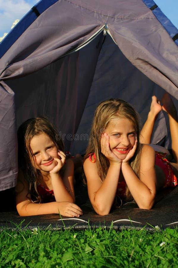 Acampamento de duas meninas foto de stock
