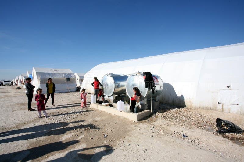 Acampamento de Shariya IDP Rua do acampamento com crianças foto de stock royalty free
