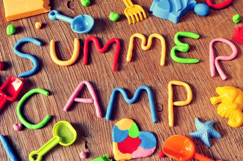 Acampamento de verão do texto feito de modelar a argila fotografia de stock