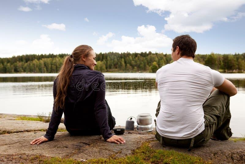 Acampamento do homem e da mulher imagens de stock