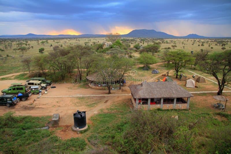 Acampamento do safari no Serengeti foto de stock