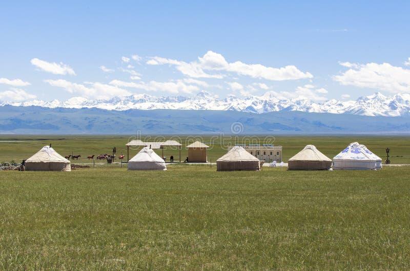 Acampamento do yurt do Cazaque no prado de Xinjiang, China imagem de stock royalty free
