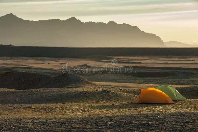 Acampamento durante o nascer do sol na região selvagem islandêsa fotografia de stock royalty free