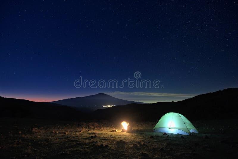Acampamento e Etna Volcano Under The Starry Sky selvagens no alvorecer, Sicília fotos de stock