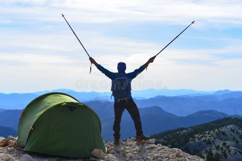 Acampamento feliz do ajuste do montanhista imagens de stock royalty free