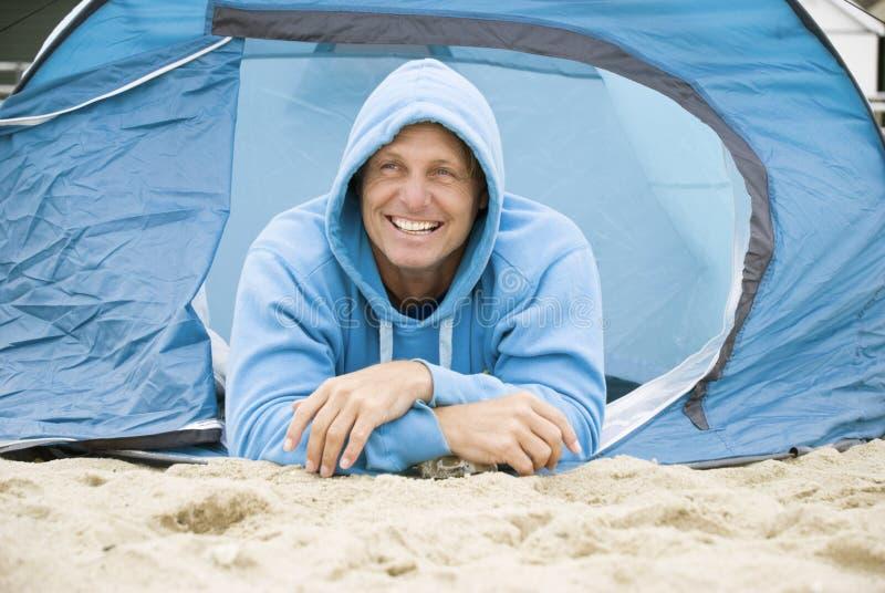 Acampamento feliz do homem foto de stock royalty free