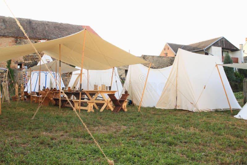 Acampamento histórico com as barracas no castelo Budyne imagem de stock royalty free