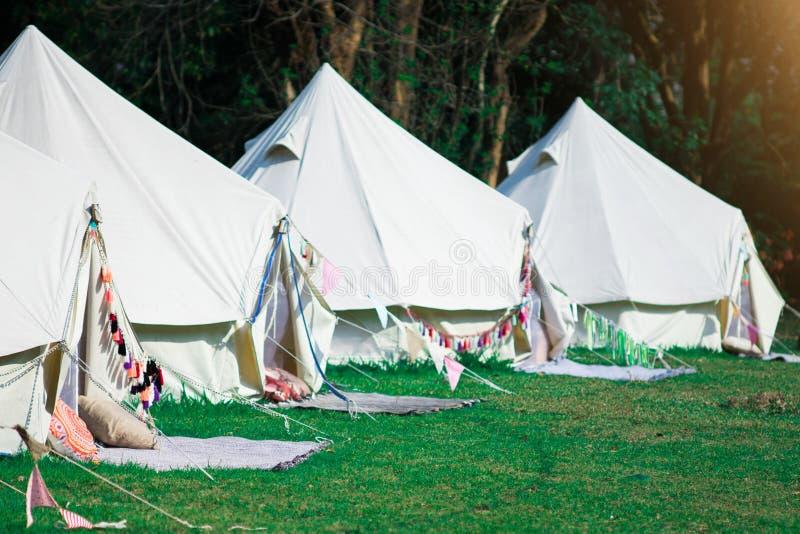 Acampamento moderno para turistas com natureza imagens de stock