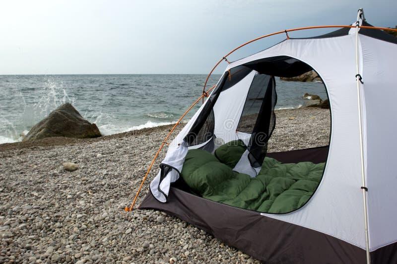 Acampamento na praia imagens de stock royalty free
