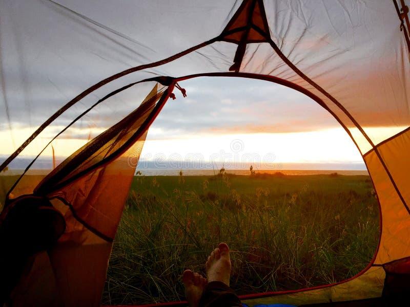Acampamento na praia imagem de stock royalty free