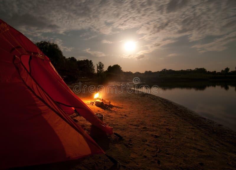 Acampamento na região selvagem fotos de stock