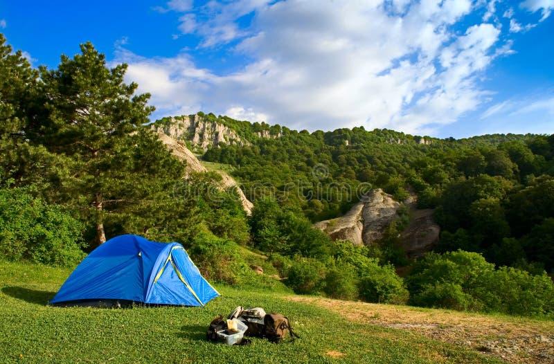 Acampamento nas montanhas foto de stock