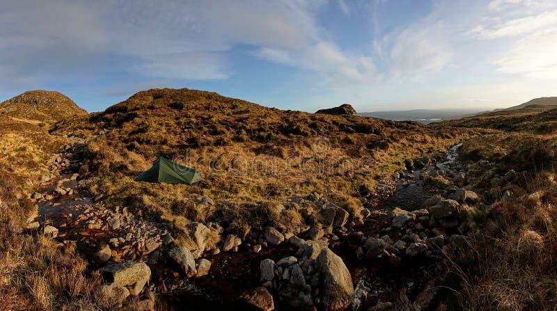 Acampamento nas montanhas de Bluestack na Irlanda de Donegal imagens de stock royalty free