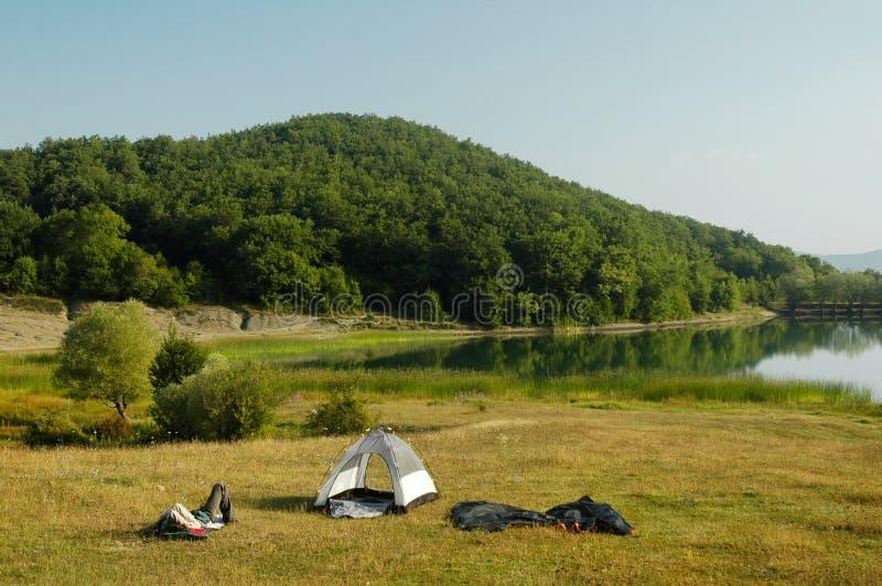 Acampamento pela beira do lago imagens de stock