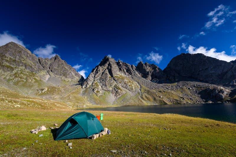 Acampamento perto do lago em montanhas de Cáucaso altas em Geórgia fotografia de stock