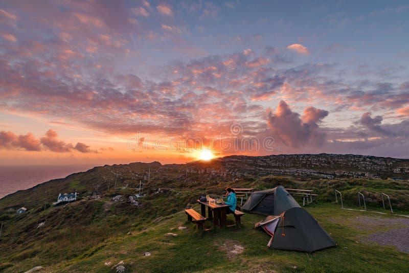 Acampamento selvagem da Irlanda na península principal do carneiro imagens de stock