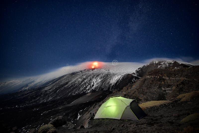 Acampamento selvagem sob a erupção Etna Volcano, Sicília fotografia de stock