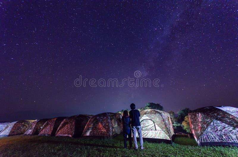 Acampamento sob as estrelas e Via Látea na noite em nan Tailândia foto de stock
