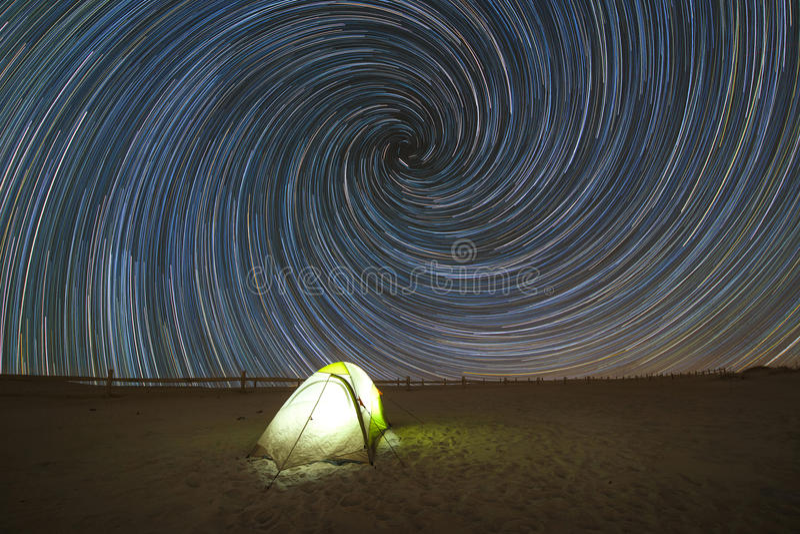 Acampamento sob fugas da estrela do redemoinho espiral fotos de stock