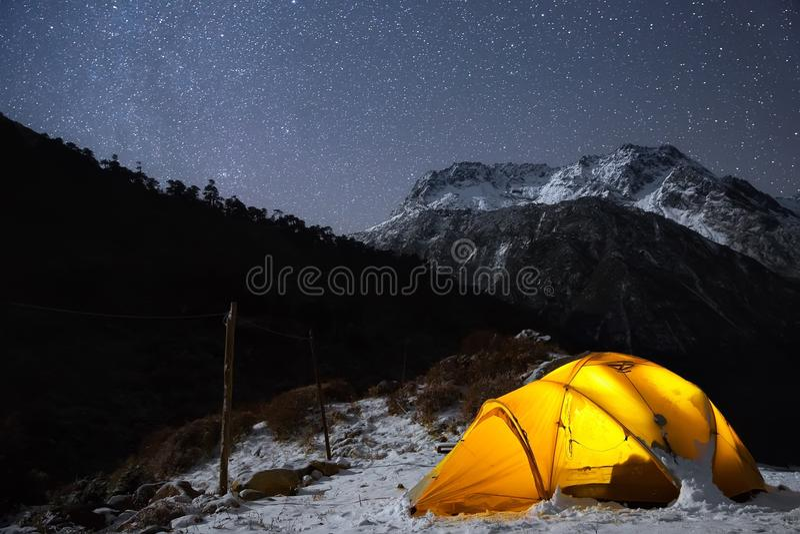 Acampamento sob a luz de bilhão estrelas foto de stock royalty free