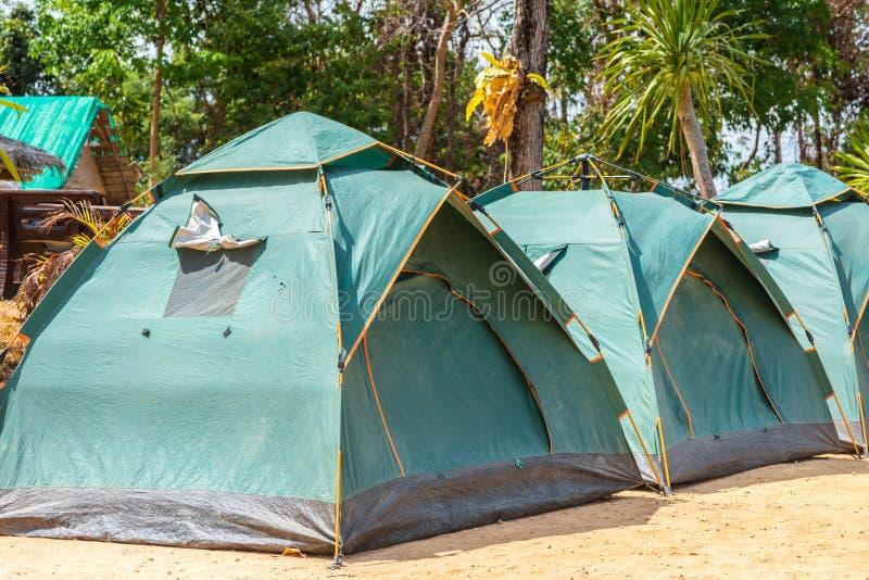 Acampamento verde das barracas imagens de stock royalty free