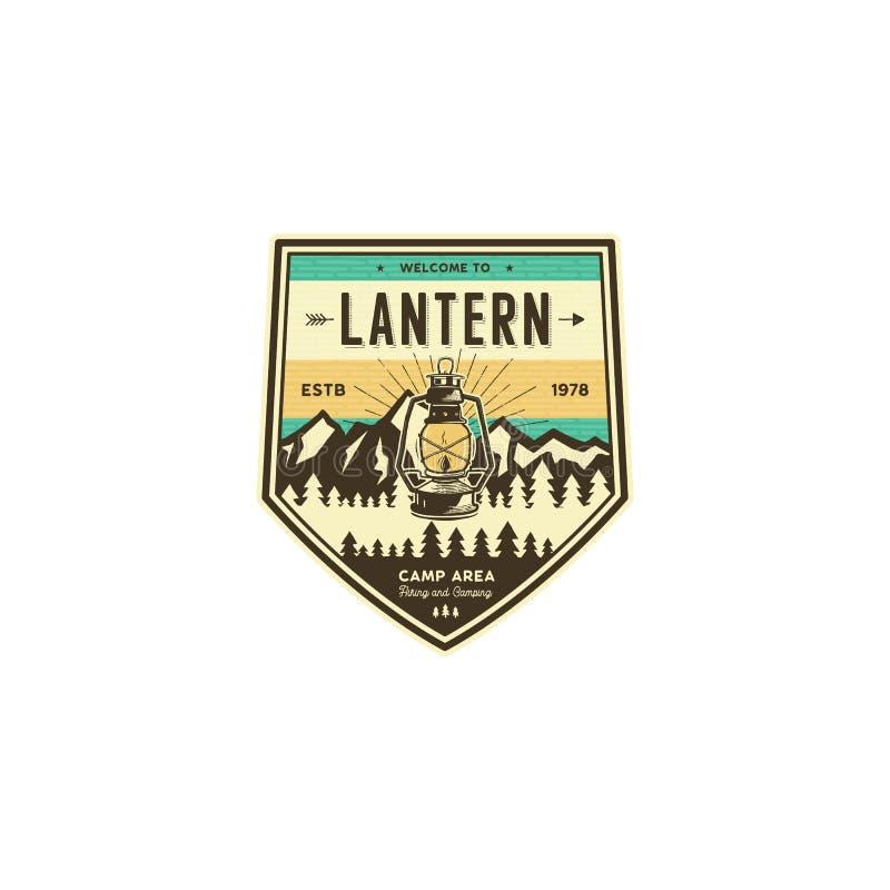 Acampando e caminhando o crachá do vintage Etiqueta do explorador da montanha Projeto exterior do logotipo da aventura com lanter ilustração do vetor