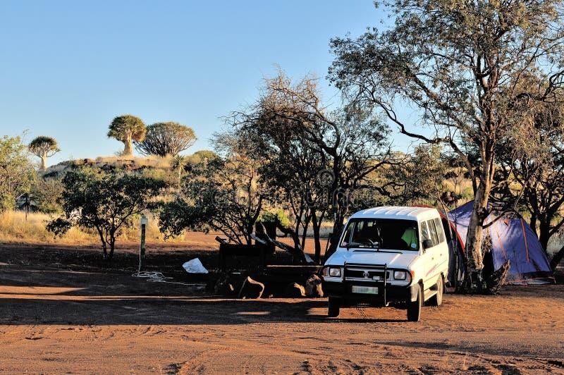 Acampando en el bosque del árbol del estremecimiento, Namibia fotografía de archivo
