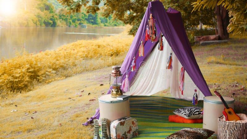 Acampe en las montañas cerca del lago en la estación del otoño imagen de archivo libre de regalías