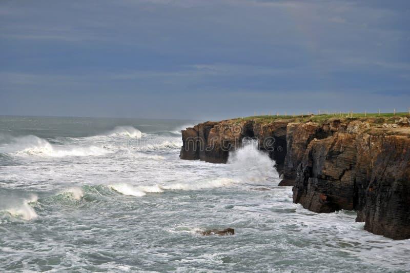 Acantilado con el mar salvaje impresionante imagen de archivo libre de regalías