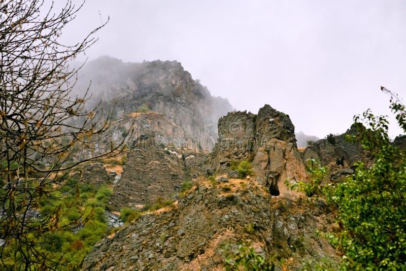 Acantilado con la cueva cerca del monasterio de Geghard, Armenia imagenes de archivo