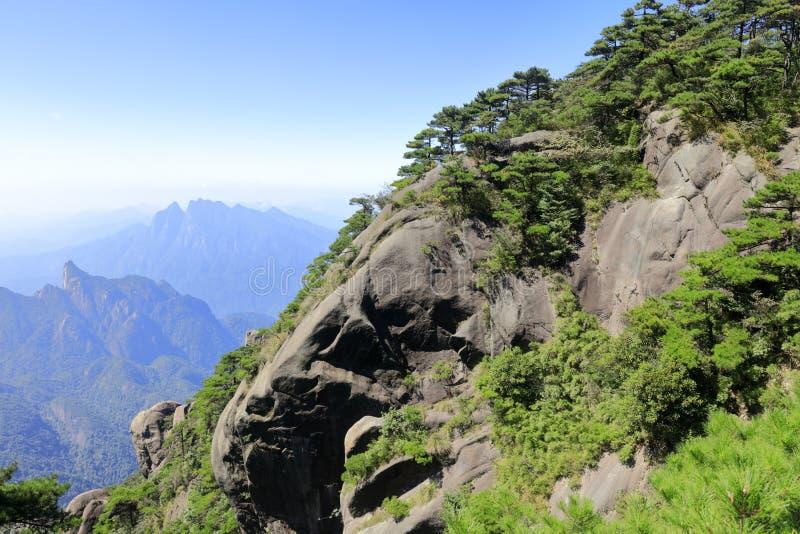 Acantilado de la montaña sanqingshan, adobe rgb imagenes de archivo