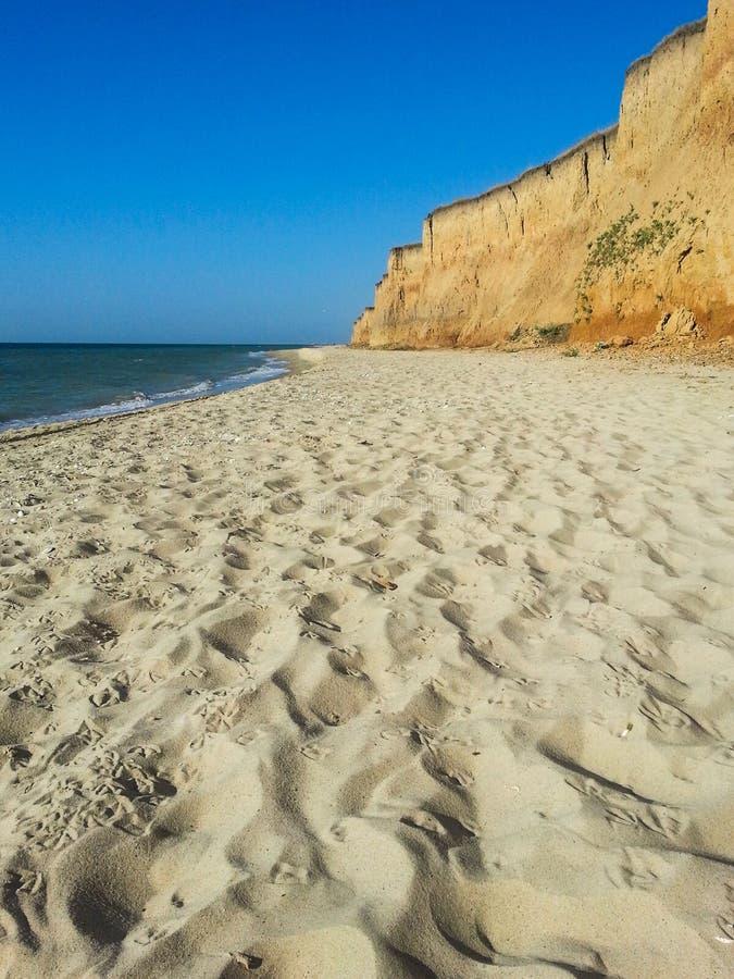 Acantilado de la playa del mar fotos de archivo