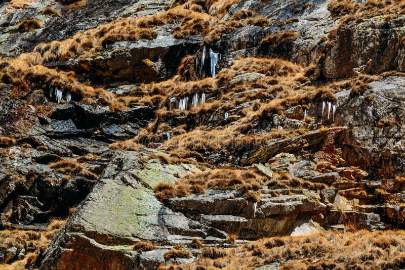 Acantilado de la roca con los carámbanos de la ejecución en el d3ia foto de archivo