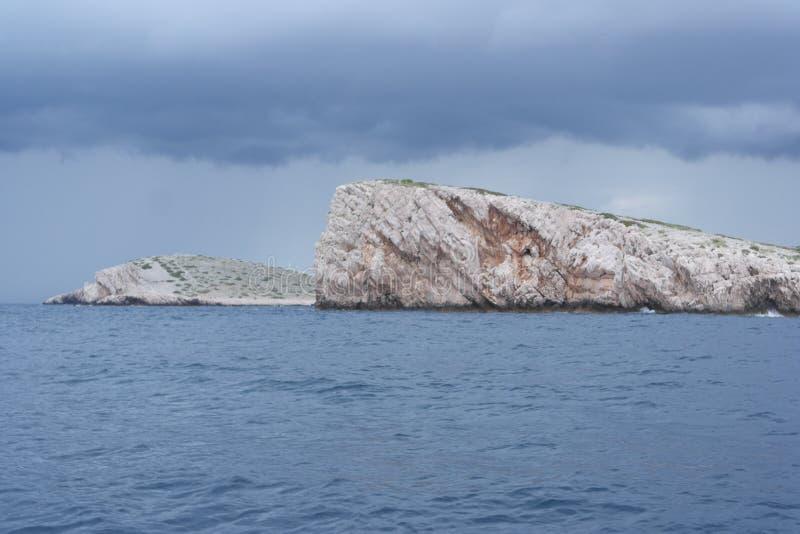 Acantilado de la roca en el parque nacional Kornati de Croacia fotos de archivo