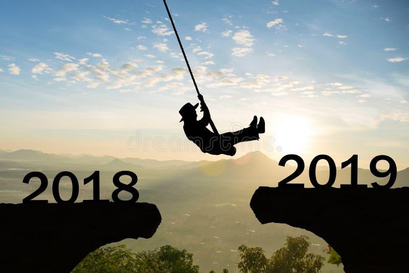 Acantilado 2019 del salto de la cuerda de la mujer de la Feliz Año Nuevo foto de archivo libre de regalías