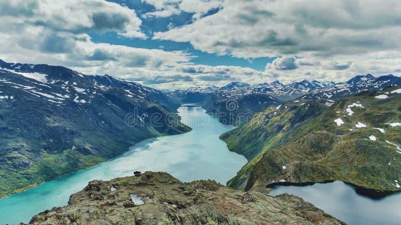 Acantilado dramático Noruega de la montaña fotos de archivo