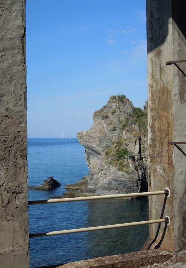 Acantilado en costa italiana fotografía de archivo