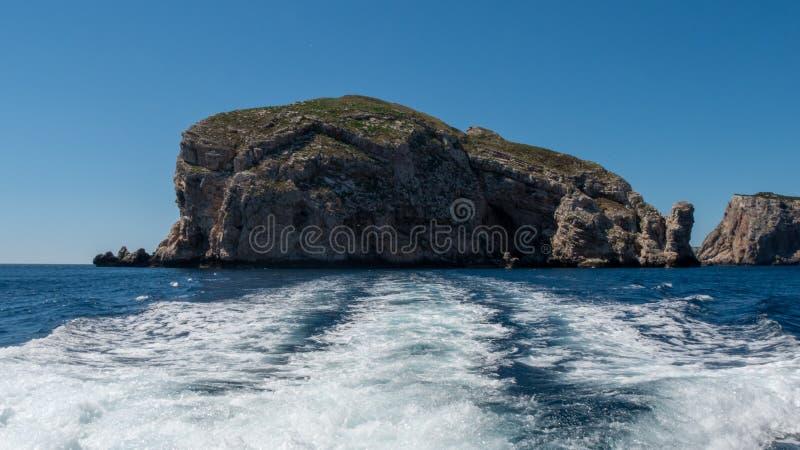 Acantilado en el mar Visi?n desde el agua imagen de archivo