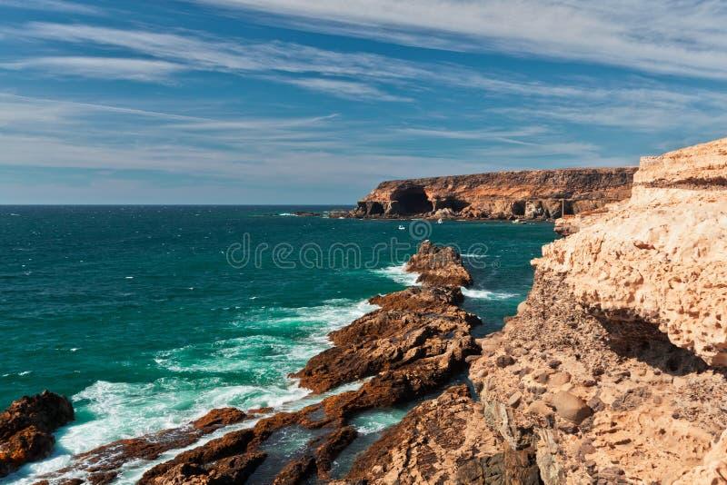 Acantilado en Fuerteventura, islas Canarias, España fotos de archivo libres de regalías