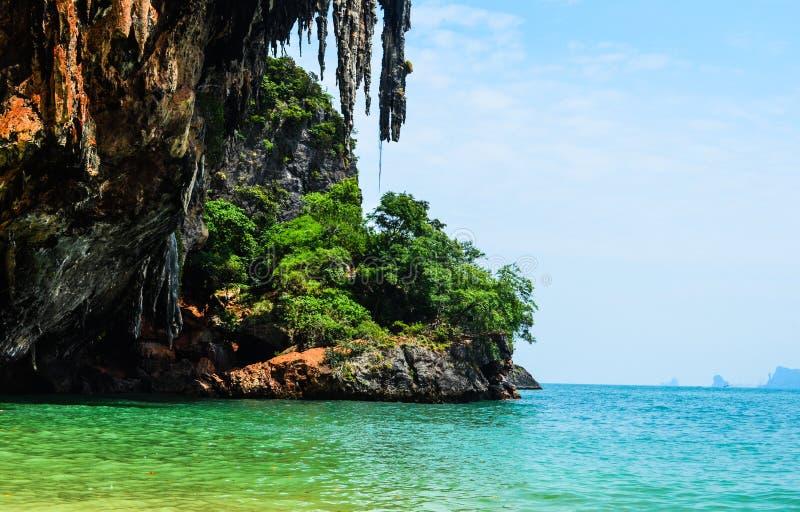 Acantilado en Krabi, Tailandia imagen de archivo