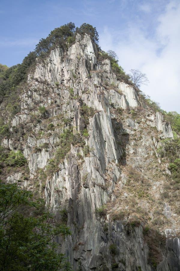 Acantilado escarpado de la montaña del descenso imagenes de archivo