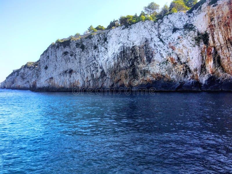 Acantilado jónico, mar del cristalline foto de archivo