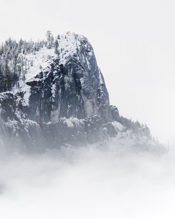 Acantilado Nevado cerca del lago Tahoe - los amantes saltan área que sube fotos de archivo libres de regalías