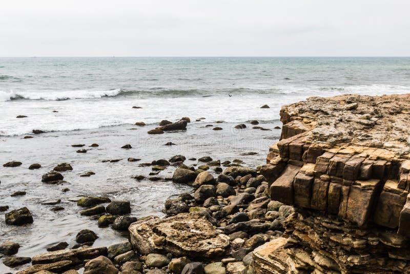Acantilado, rocas y cantos rodados erosionados en el punto Loma Tide Pools foto de archivo libre de regalías