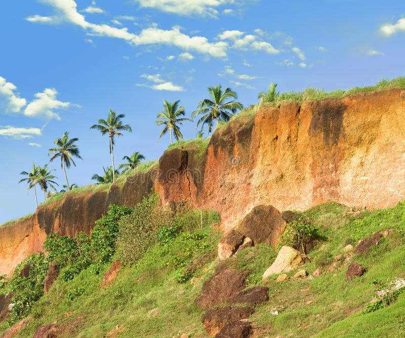 Acantilado tropical en Varkala en la costa costa de Kerala fotografía de archivo